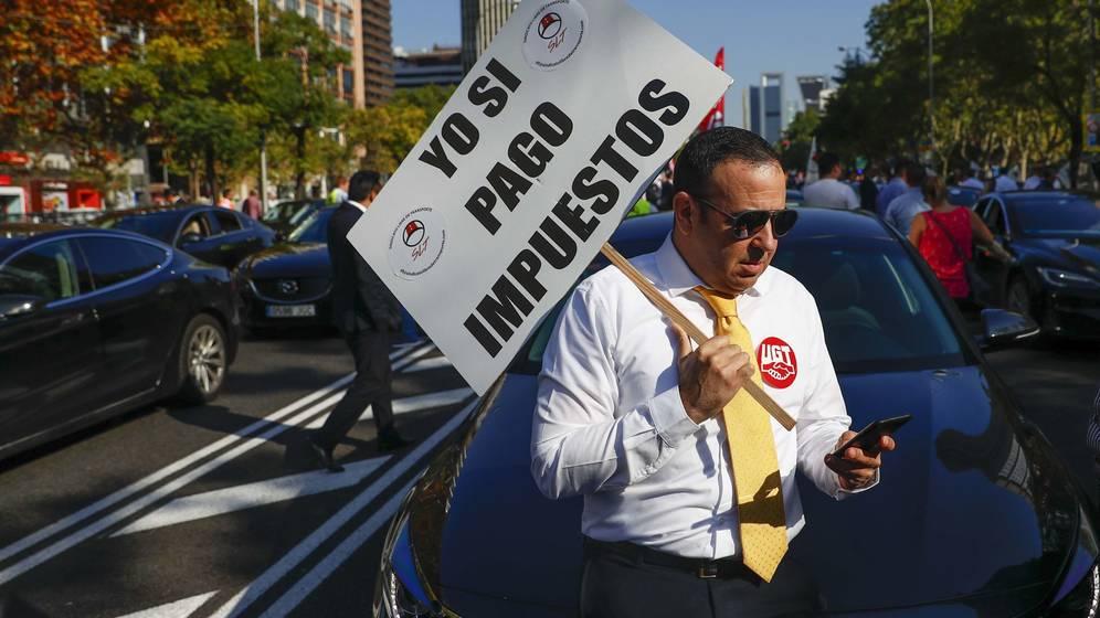 Foto: Un conductor de coches VTC, en una manifestación en Madrid el año pasado. (Reuters)