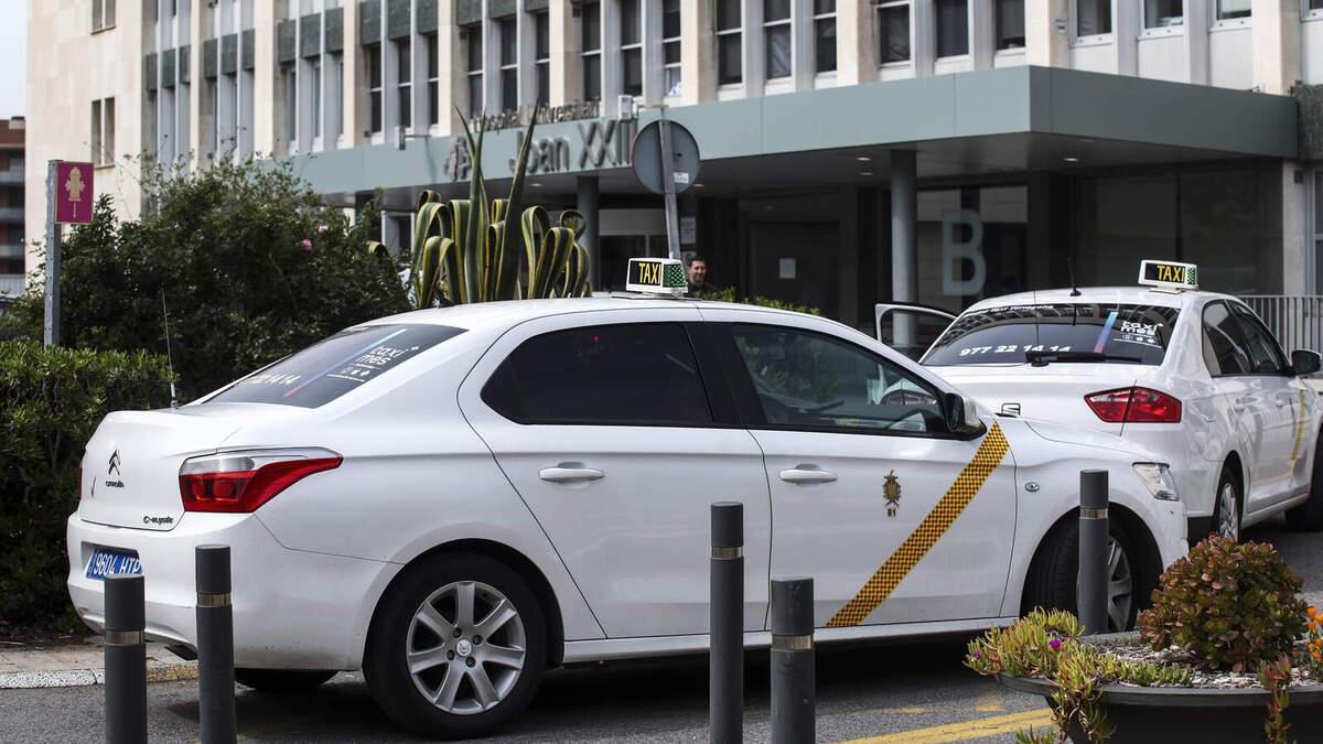 Imatge d'arxiu d'un taxi a l'entrada de l'hospital Joan XXIII de Tarragona