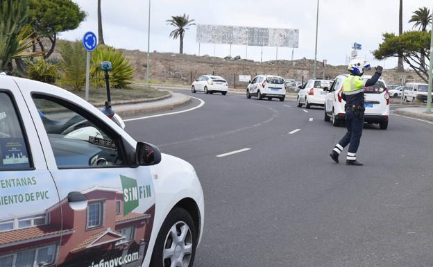 Imagen de archivo de varios taxis circulando por la capital grancanaria. /C7